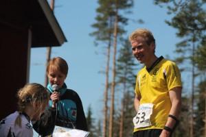 Kevät Suunnistuksen pääsarjojen voittajat Marttiina Joensuu ja Jarno Parkkinen kenttähaastattelussa.