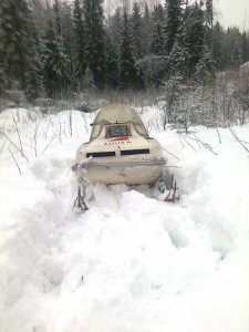 Kelkka juuttui lumeen.