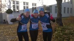 Tuuli (vas.), Katja ja Kirsi valmiina naisten 11,5 km:n matkalle.