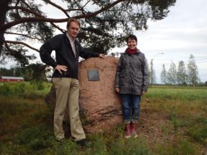 Vuoden 2015 kilpailunjohtaja Riikka Hillo ja ratamestari Jyrki Hyyrynen vuoden 2005 Hiidenkivellä