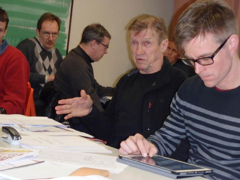 Ratamestariryhmän johtaja Rauno Vanhalakalla on kerrottavaa. Ratavalvoja Petri Kiiskinen tutkii rataprofiileja.