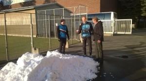 Kilpailunjohtaja Petteri Rankinen sekä ratamestariryhmän Rauno Vanhalakka sekä Ossi Karvonen hypistelivät jo kilpailualueelta löytynyttä lunta.