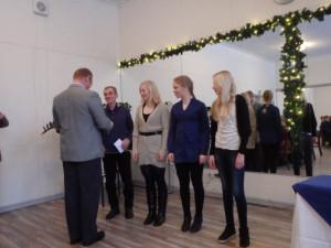 SipRan puheenjohtaja jakoi stipendit vuoden mitalisteille. Vasemmalta Ossi Tani, Mirka Suutari, Tuuli Suutari ja Henna Pylvänäinen.