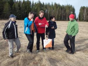 Kas tässä, ole hyvä! osoittaa kilpailunjohtaja Riikka Hillo Jarno Kiintolalle. Mirja Puhakka Mikko Kekki ja Jyrki Hyyrynen mukana suunnittelemassa loppuviitoitusta, pituudeltaa 200 m. Sippu-Jukolassa lyhimmillään tultiin takana näkyvästä metsänreunasta 500m.