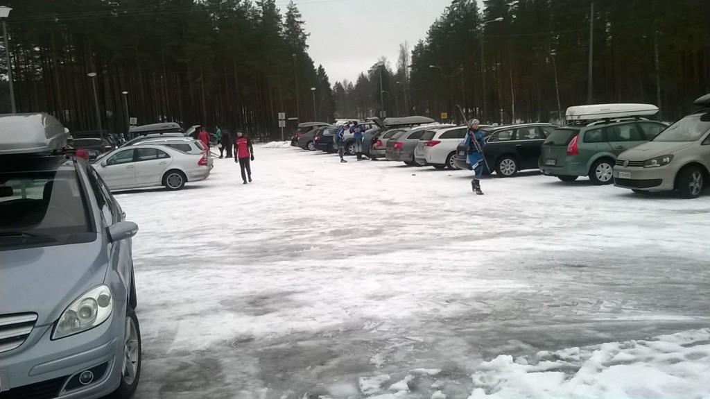 Uttihallin parkkipaikka täyttyi hiihtosuunnistajien autoista.