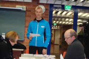 Kilpailunjohtaja Petteri Rankinen (seisomassa), TA Hannu Myllärin ja tiedottaja Kirsi Kiiskinen saattoivat todeta järjestelyjen olevan aikataulussaan.