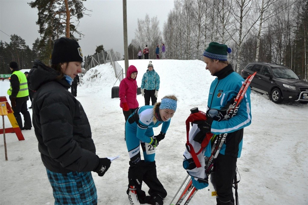 Nuorten maajoukkuevalmentaja tenttaa Tuulia heti sprinttikatsastuksen jälkeen. Tero-isä seuraa tytärtään vieressä.
