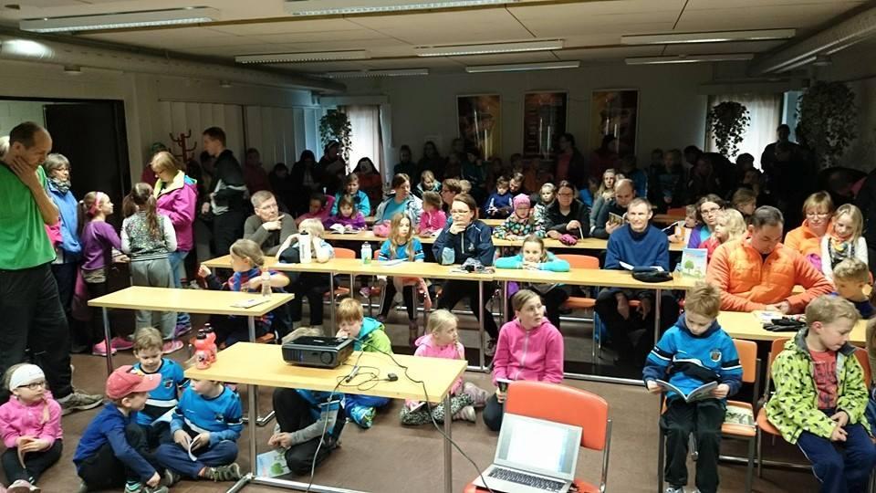 HIPPO-rastikerhon avaustilaisuus keräsi suuren joukon lapsia jäähallin luentotilaan.