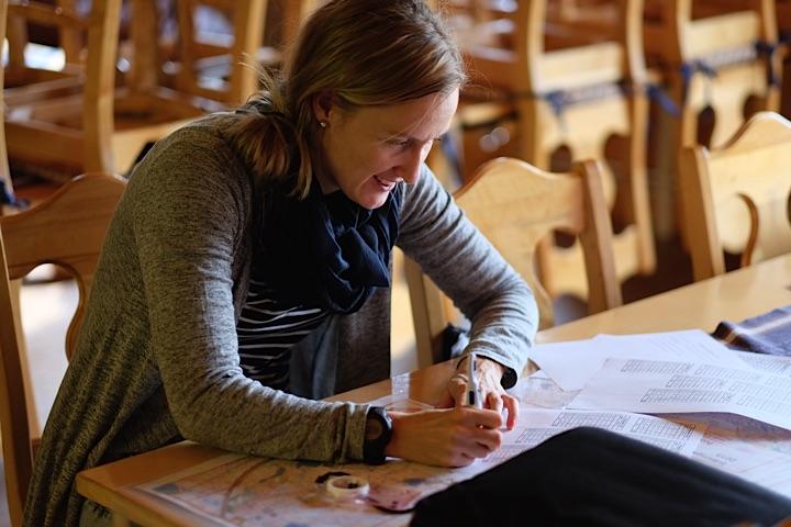 Harjoitusten suunnittelu vaatii välillä istumista pöydän ääreen. Muuten valmentajan hommat  on kenttätyötä ulkosalla.