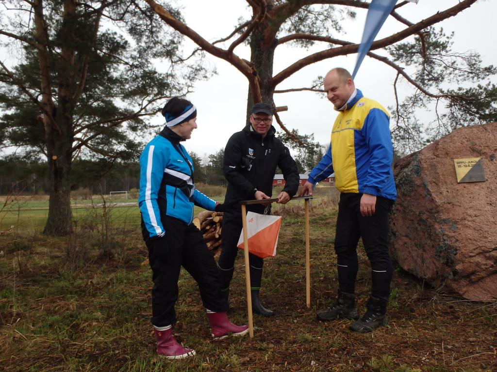 Riikka Hillo, Juhani Sihvonen ja Vesa Vainio merkitsivät Hiidenkiven rastilipulla.
