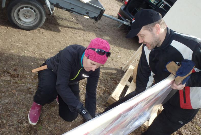 Kilpailunjohtaja Riikka Hillo viimeistelee Jorma Laukkasen kanssa lähtöpaikan kilpailunumerotelinettä