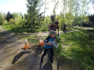 NRC-kilpailujen suola on eri ikäisten nuorten kerääntyminen samaan kilpailuun. Viimeisellä rastilla yhtä aikaa KS:n Aleksi Kielenniva, H9RR ja KyS:n Viljami Pätäri, H18.