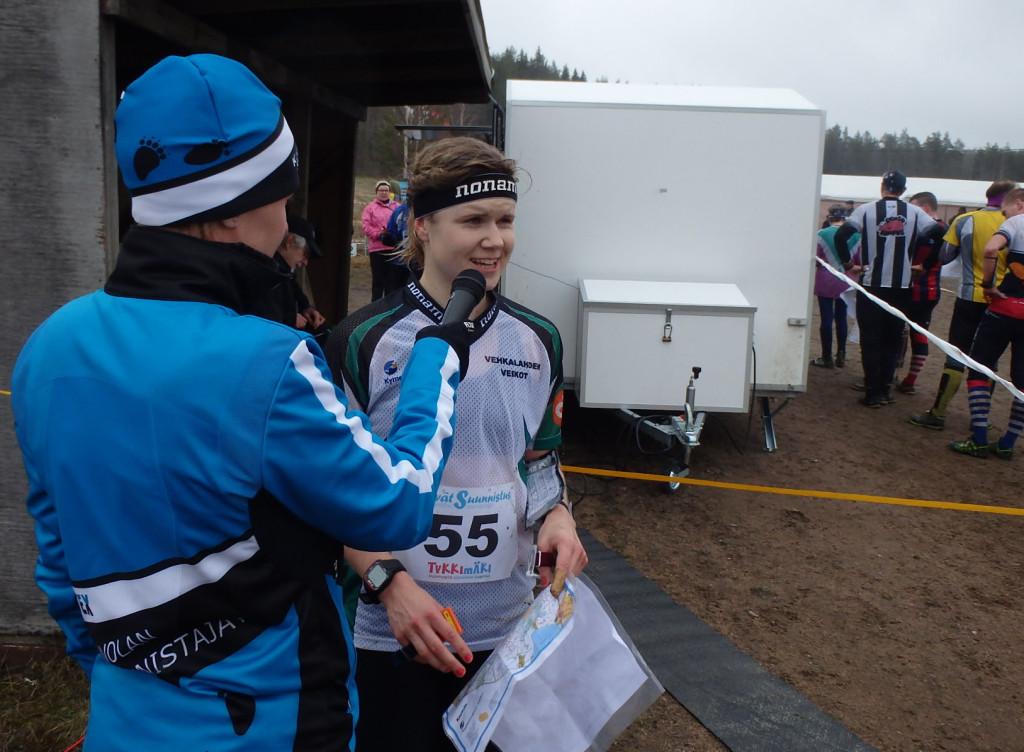 Naisten sarjan voittaja Sari Nurmela kertoi tunnelmistaan kenttäkuuluttaja Kirsi Kiiskisen hasstattekleman