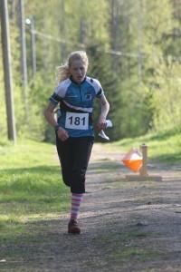 Henna Pylvänäinen näytti suunnistusosaamistaan 16-sarjan näyttökilpailuissa. (Kuva: Vaula-Riikka Heikkilä)