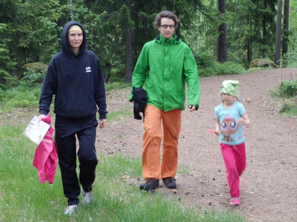 Loviisa Luovan opastajina äiti Anna-Liisa ja kummisetä Juha