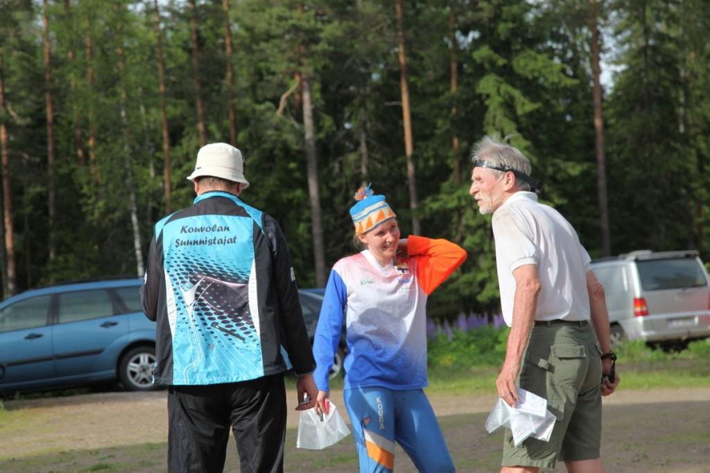 Katja Vanhalakka ja Lars Forsblom ihan oikeissa retroasuissa. Mikko Kekki selin hieman tuoreemmassa, mutta jo tätä nykyä KS:n retropusakassa.