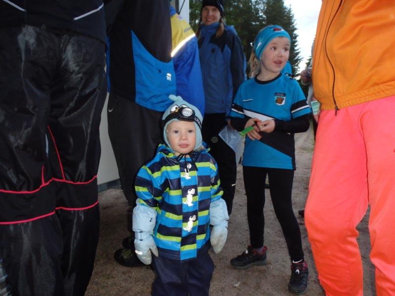 Yökuntsareiden nuorimmat Daniel Austin ja Salla Hellsten tomerana polkuradalle lähdössä