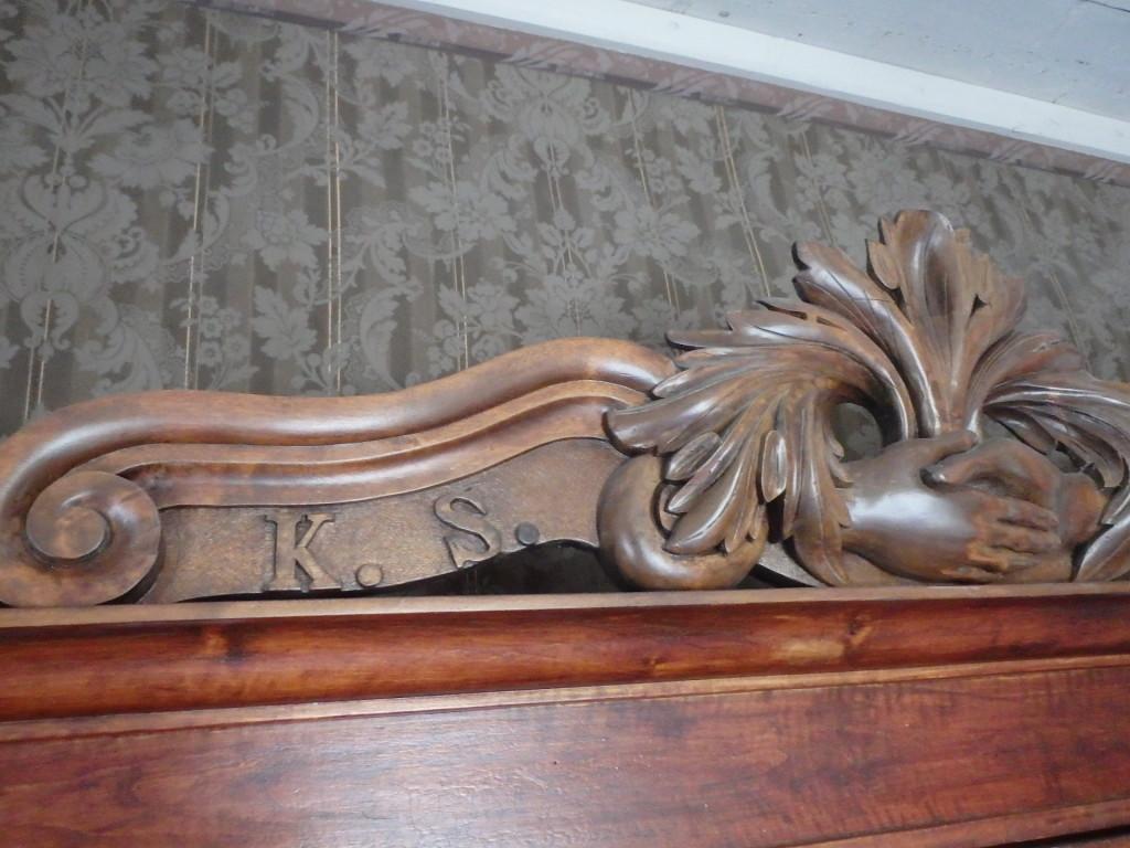 KS:n varhaislogo kaapin ornamentissa.