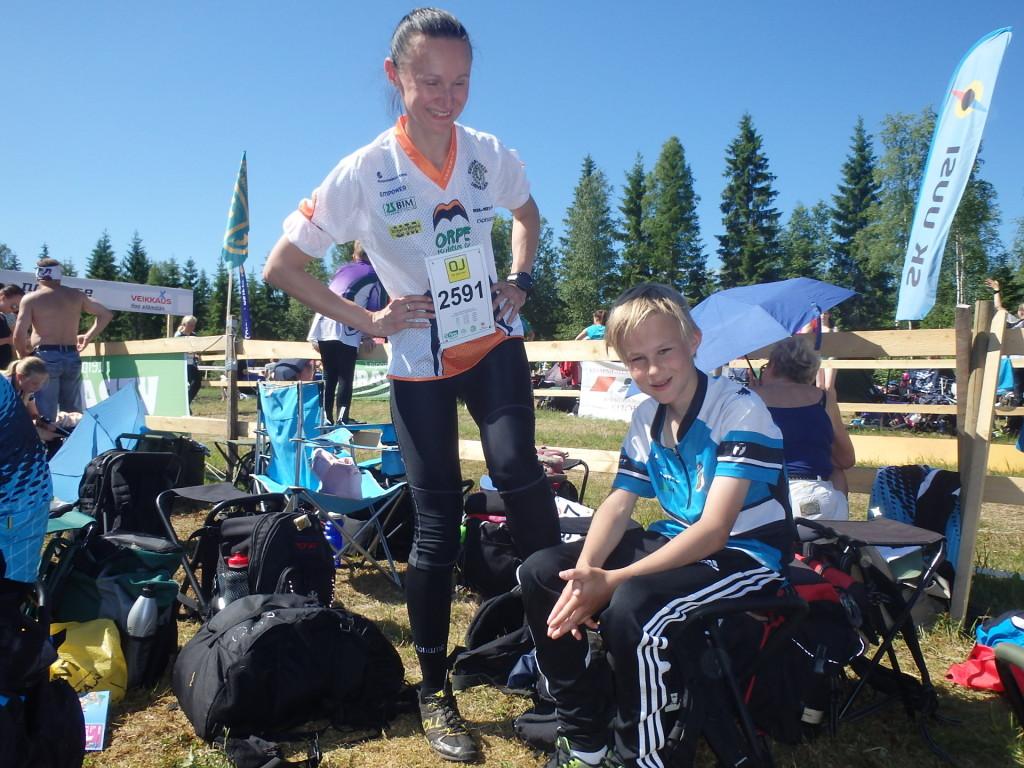 Heidi Kilpinen-Suurnäkki sai valmiiksi kastellut kengät. Elias oli hoitanut aamulähdössä kenkien koejuoksun:-)