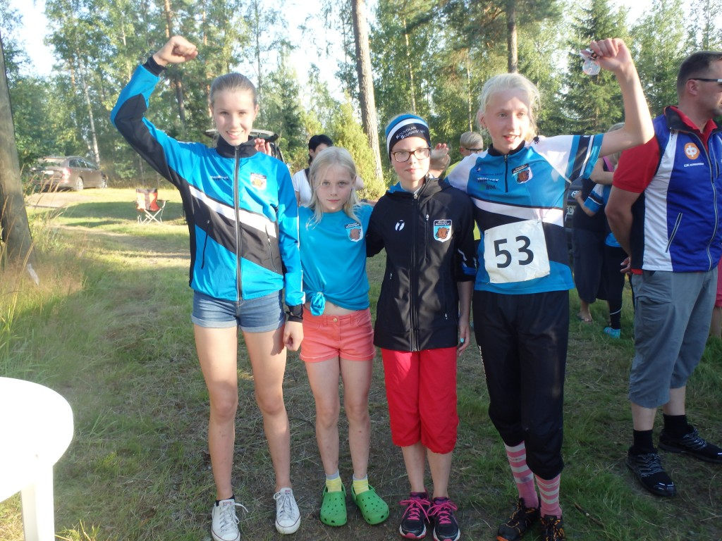 Elina Espo, Amalia Linden, Liisa Lassila ja Henna Pylvänäinen johtivat viestiä koko ajan ja saivat selvän voiton.