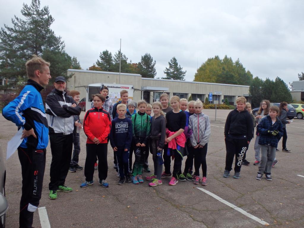 Ryhmä Viialan koululaisia kävi Keskilaaksorasteilla opettajansa Hannu-Pekka Pukeman ohjeistaessa suunnistustapahtumaa