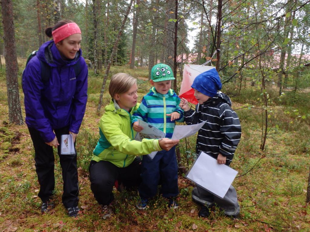 Ykkösrastin löytämisen riemua Napan kartalla kokivat Maija Sarpola, Hanna Virtanen, Aapo Virtanen ja Santeri Sarpola
