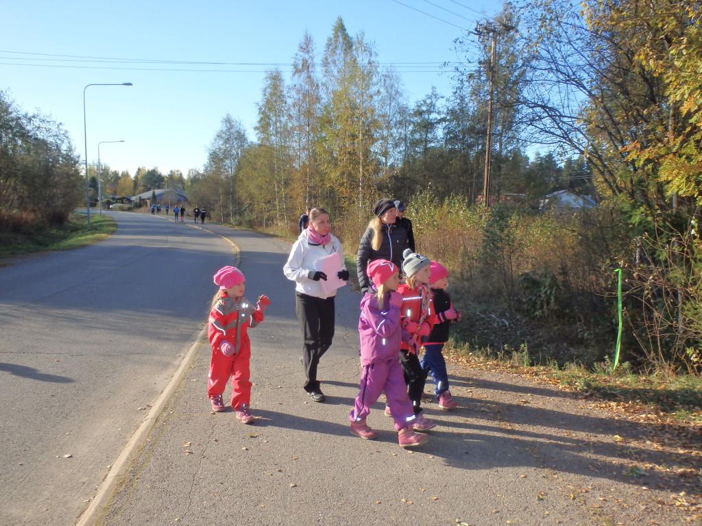 Kaunis sää oli houkutellut mukaan myös perheen pienimmät.