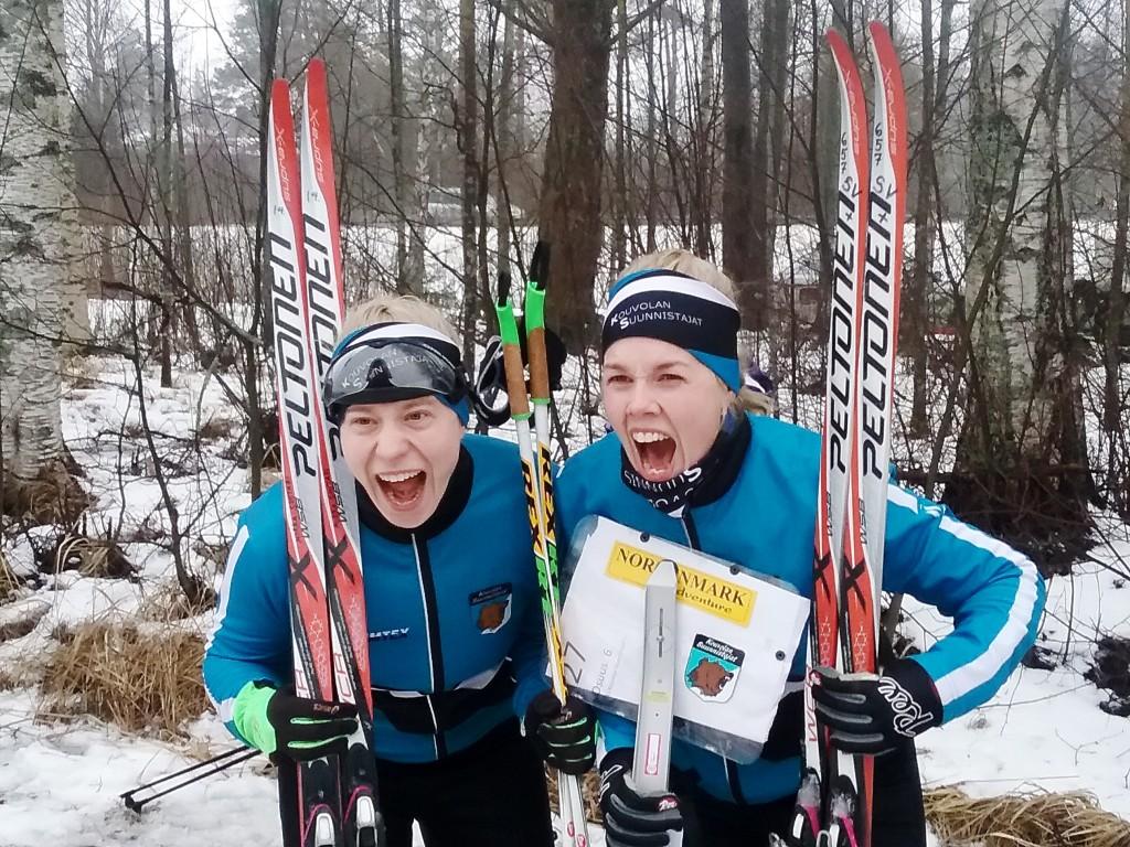 Mirka ja Sari iloitsivat naisten pääsarjan suomenmestaruudesta. Kuva Jari Pylvänäinen.