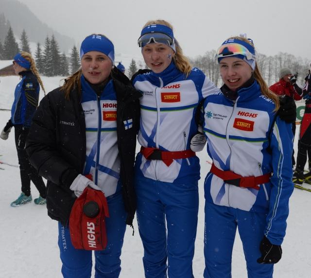 Siiri Saalo (vas.), Henna Pylvänäinen ja Sanni Oikkonen ottivat Suomelle nuorten EM-hopeaa.