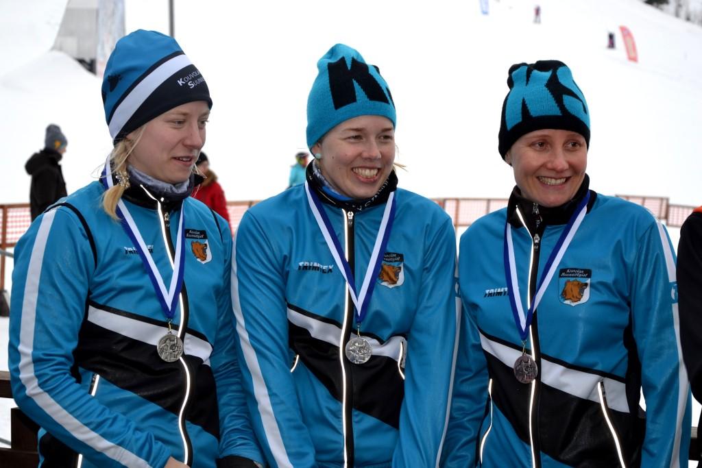 Hopeanaiset Mirka (vas.), Sari ja Kirsi.