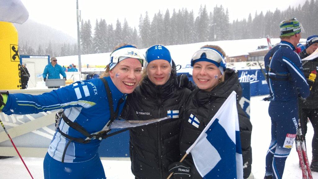 Tuuli Suutari on tullut voittajana maaliin ja saanut joukkuetoverinsa Maiju Kovasen ja Liisa Nenosen vierelleen.