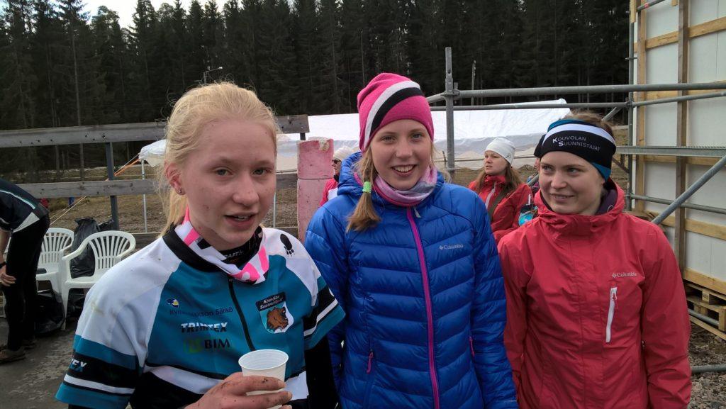Henna Pylvänäinen, Elisa Mattila ja Riikka Peltonen suunnistavat kokkosijan tasokkaassa D15-18 sarjassa.