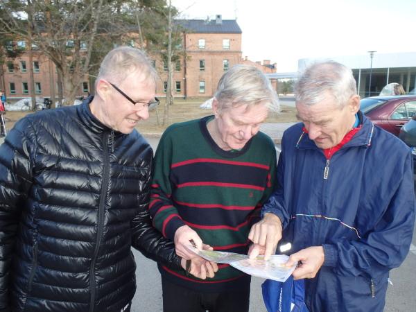 Tällä herrasmieskolmikolla on takanaan tuhansittain löydettyjä ja joitakin pummattujakin rasteja. Naapurikaupungista Kasarminmäelle ovat saapuneet Martti Mäkelä (vas,) Matti Railimo ja Markku Salo.