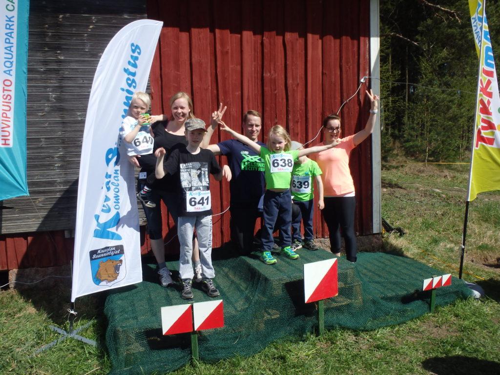 Kaija Iso_Metsälällä oli paljon äitienpäivävieraita. Tässä joukko omia lapsia ja lapsenlapsia palkintopallilla.