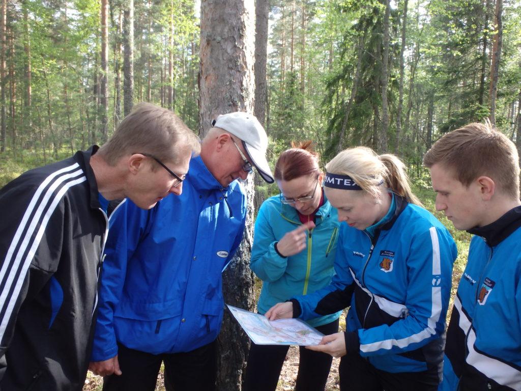 Jyrki Nikkanen sekä Sami ja Anu Jokinen saavat alkuopastuksen Sari Vääräseltä ja Miika Irtolalta.