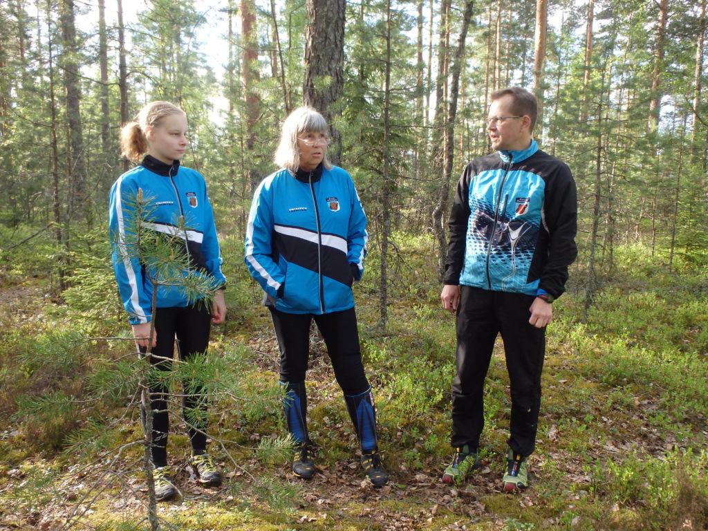 Lehtorit Tanja Harjula, Helena Kattelus ja Urpo Särkkä odottelevat oppitunnin alkua.