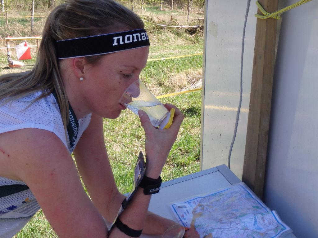 Marttiina Joensuulle maistuu vesi hikisen lenkin jälkeen.