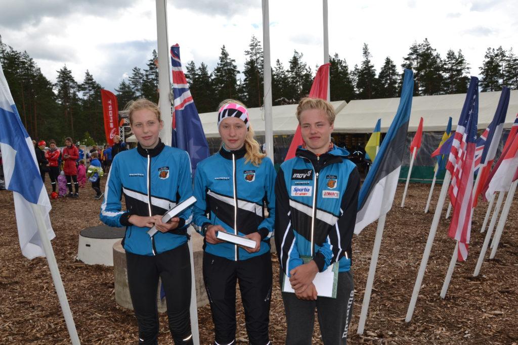 Voittohymyt. FIN5-voittajina Elisa Mattila, Henna Pylvänäinen ja Niklas Heikkilä. (Kuva Jari Pylvänäinen)