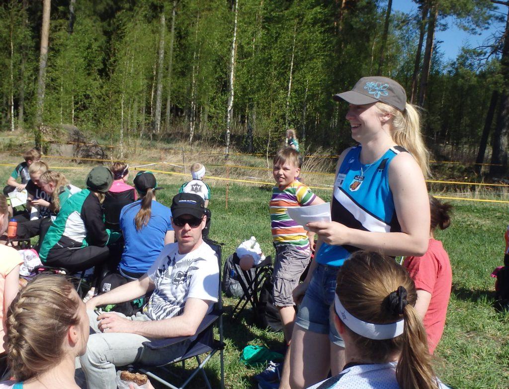 Mirka osoitti kykynsä hoitaa vaativia tehtäviä KevätSuunnistuksen kilpailunjohtajana. Kuvassa hän kerää asiakaspalautetta opinnäytetyötään varten.