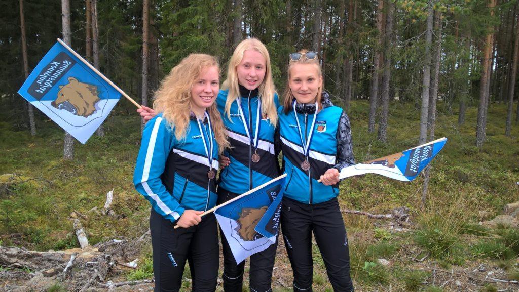 D20-sarjan pronssijoukkue Tuuli Suutari, Henna Pylvänäinen ja Noora Hyyrynen.