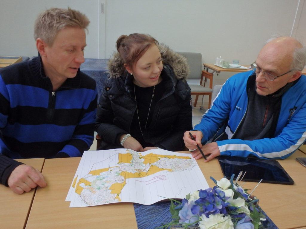 Kartta raameja vaille valmis. Radat koejuostavissa. Tuotosta esittelevät kilpailunjohtaja Eveliina Hasulle ratamestari Jarkko Tynys (vas) ja kartan laatija Asko Määttä.