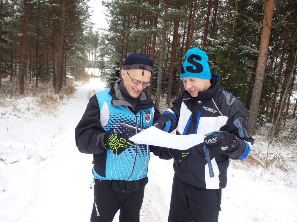 Asko Määttä ja Jarkko Tynys odottelivat hyväntuulisina koejuoksijoita pikkujouluisessa maisemassa, tosin ihan turhaan.